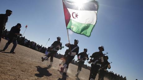 Des soldats paradant pour fêter les 35 ans du Front Polisario