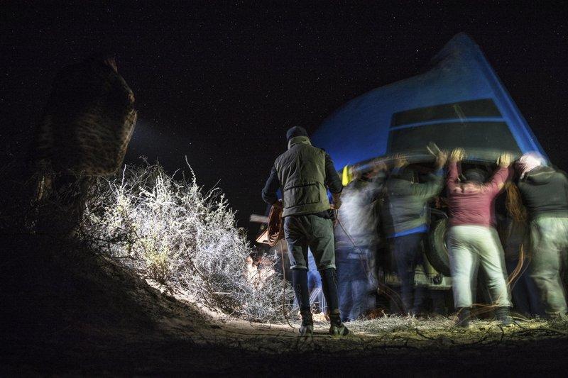 Las pateras emergen de la arena del Sáhara Occidental para transportar migrantes ilegales aEspaña